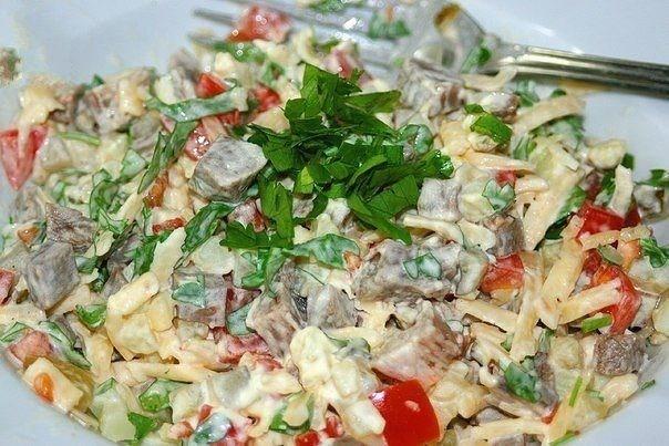 Мясной слоеный салат с картофелем и сыром