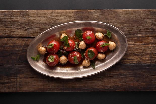 Салат из маринованных помидоров черри с шариками моцареллы