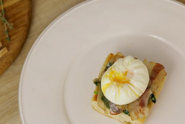 Яйцо пашот с белой спаржей и голландским соусом
