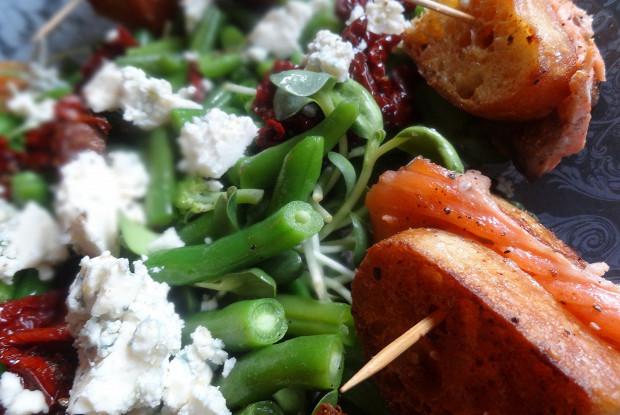 Лосось в чиабатте с салатом из зеленой фасоли, рокфора и вяленых помидоров