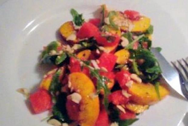 Салат с рукколой, персиком и арбузом