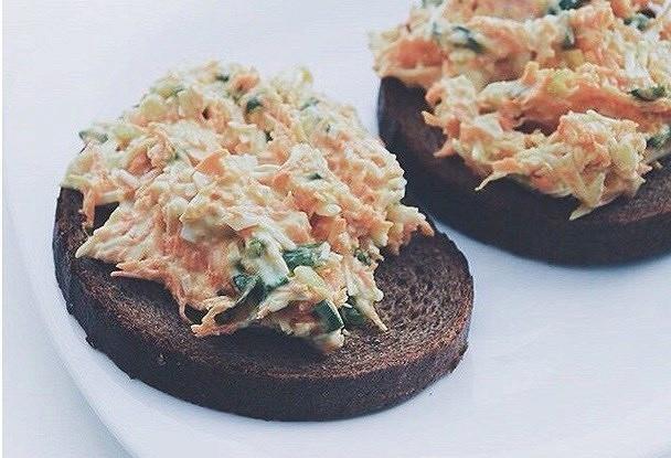 Диетические сэндвичи с морковью, яйцом и чесноком