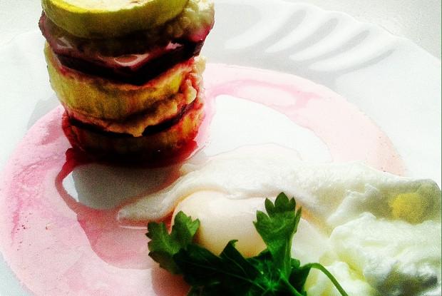 Овощные мильфеи из цукини и свеклы с яйцами пашот