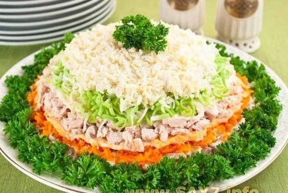 Слоеный куриный салат с шампиньонами и луком-пореем