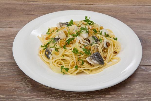 Спагетти с сибасом, изюмом и кедровыми орешками