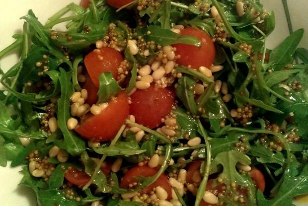 Салат с рукколой, горчичной заправкой и кедровыми орешками