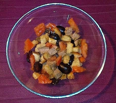 Салат «Груцам» с запеченным мясом, виноградом, помидорами и гренками