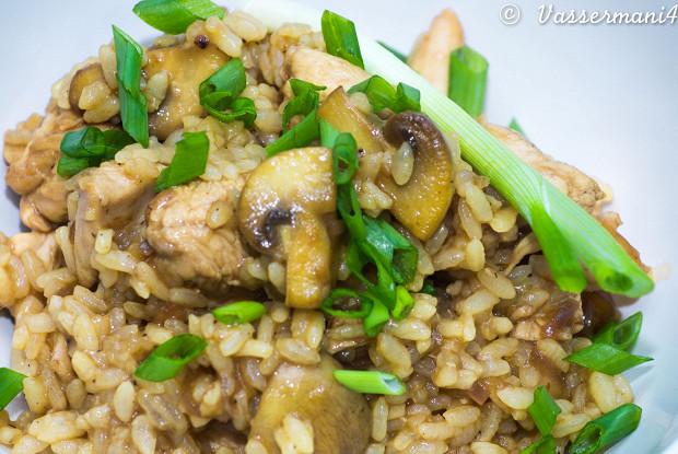 Жареный рис с курицей и грибами