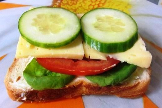 Бутерброд с сыром и помидором или огурцом