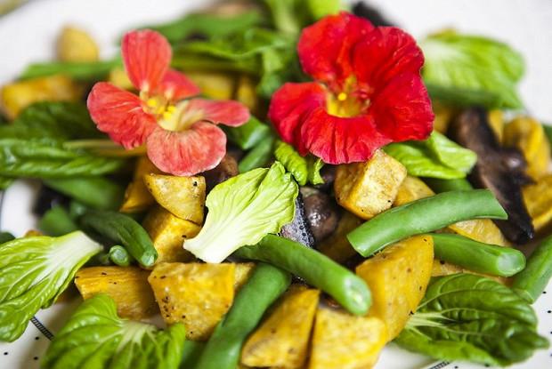 Теплый салат из запеченного батата с грибами портобелло
