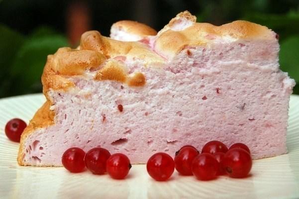 Воздушный белковый торт с ягодами