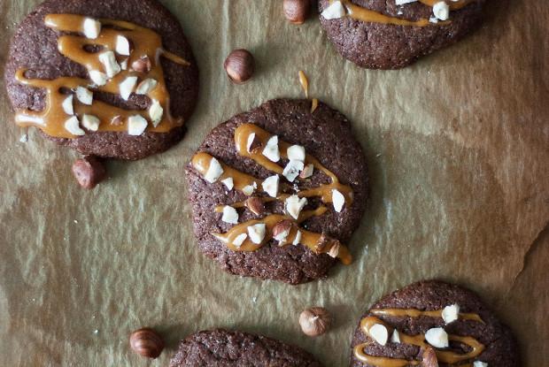 Шоколадное печенье с карамелью и фундуком