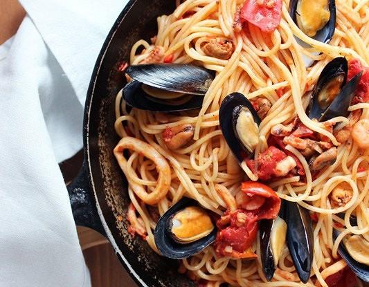 Паста с морепродуктами и красным перцем
