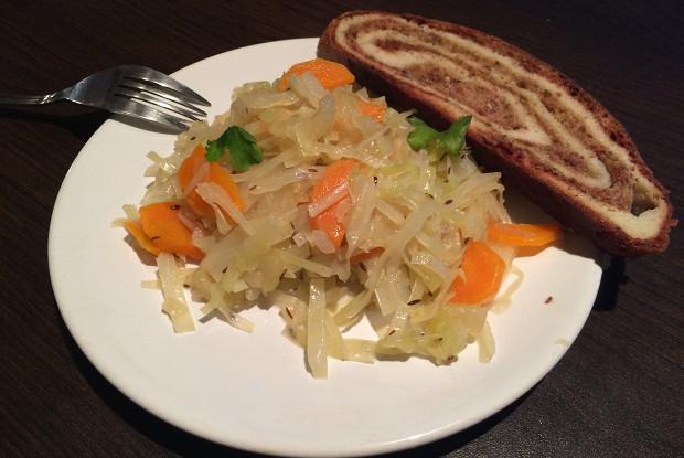 Тушеная капуста с сельдереем и морковью