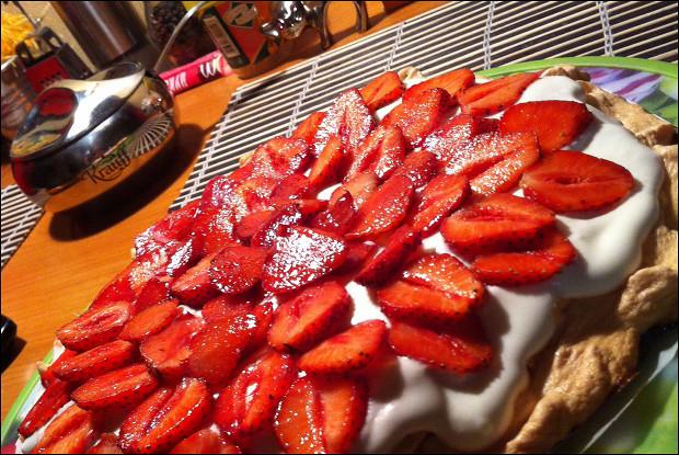 Торт «Павлова» со сливочным кремом и клубникой