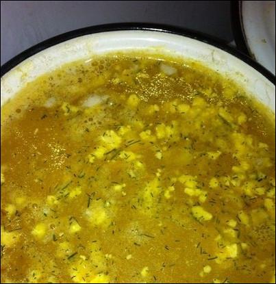 Суп с яйцом, рисом и зеленым горошком