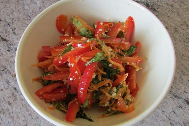 Салат из свежих овощей с заправкой из тыквенных семечек