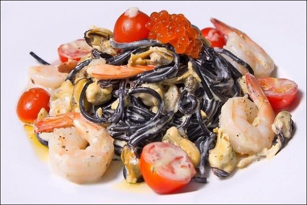 Паста с чернилами каракатицы с морепродуктами в сливочном соусе