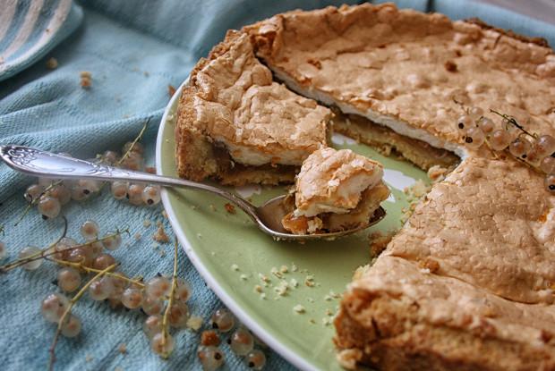 Пирог из ревеня с тонкой безе-прослойкой