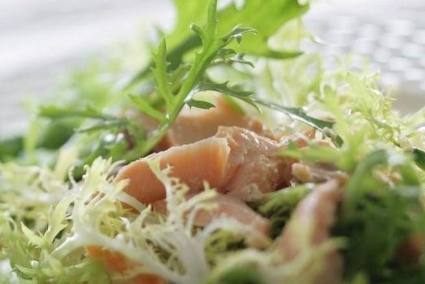 Зеленый салат с жареным лососем и лимонным соусом