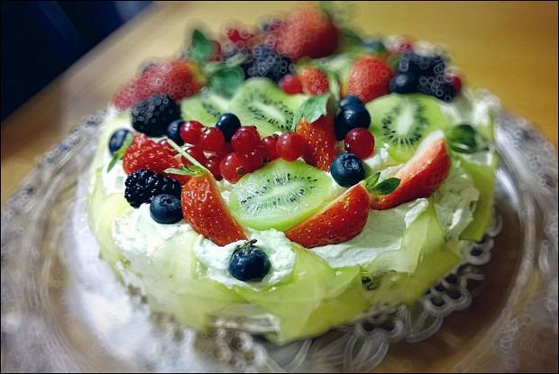 Торт с творожно-сливочным кремом и фруктами
