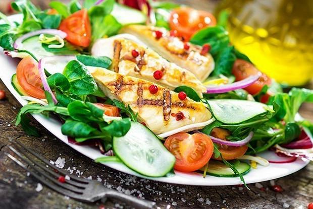 Куриный салат с помидорами и огурцами