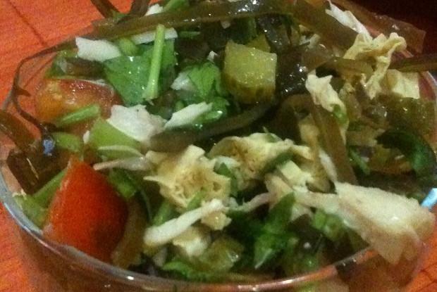 Салат восточной кухни с фучжу, морской капустой и соленым огурцом