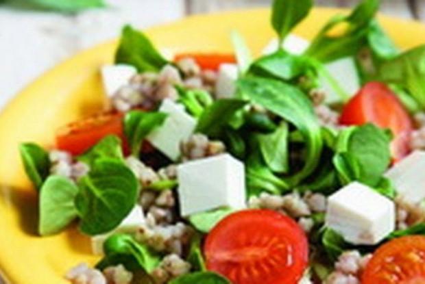 Салат с пророщенной зеленой гречкой, томатами и сыром фета