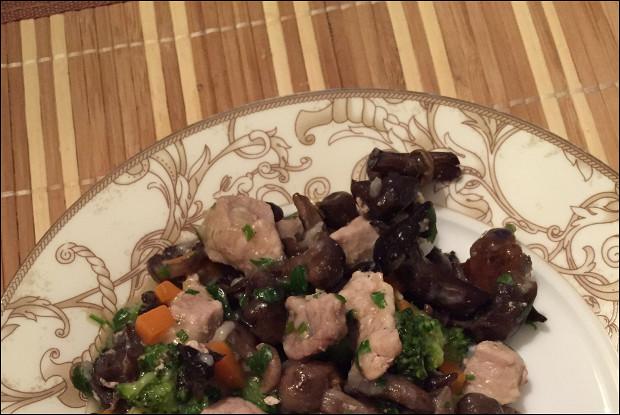 Нежная свинина с тушеными овощами, грибами и пряностями