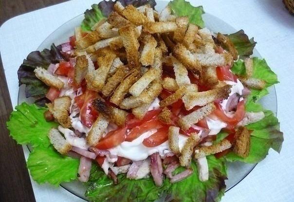 Салат с куриной грудкой, ветчиной и помидорами «Кармен»