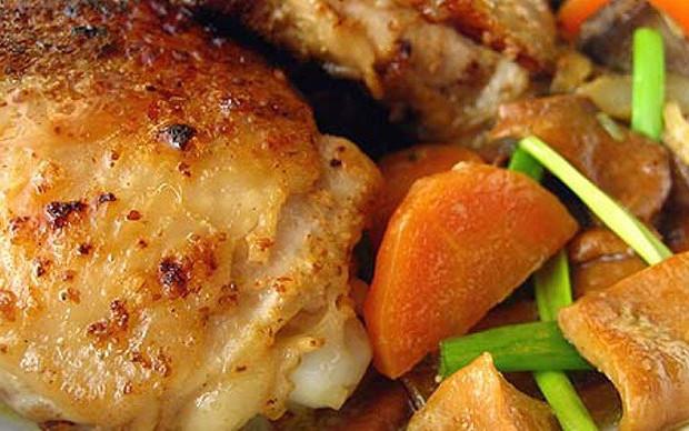 Запеченные куриные бедрышки в кефирном соусе с морковью