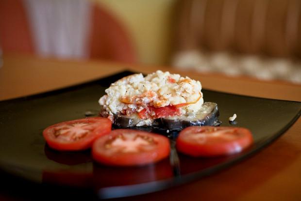 Запеченные баклажаны с креветками и рисом