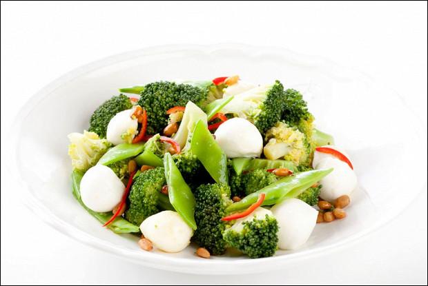 Салат с моцареллой Unagrande, брокколи и стручковым горошком