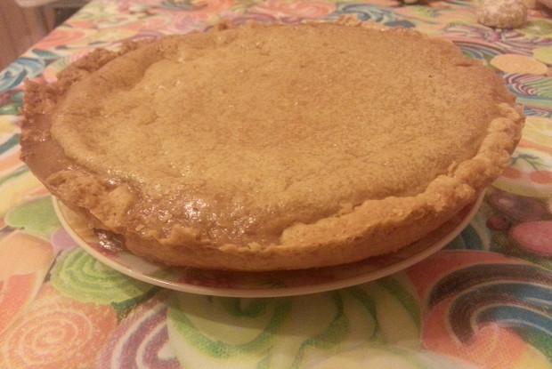 Пирог с вареной сгущенкой и сливками на творожном тесте