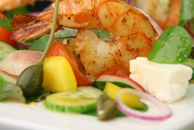 Салат в греческом стиле с соусом ceviche