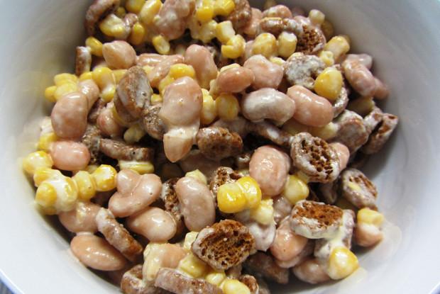 Салат с фасолью, кукурузой и чесноком