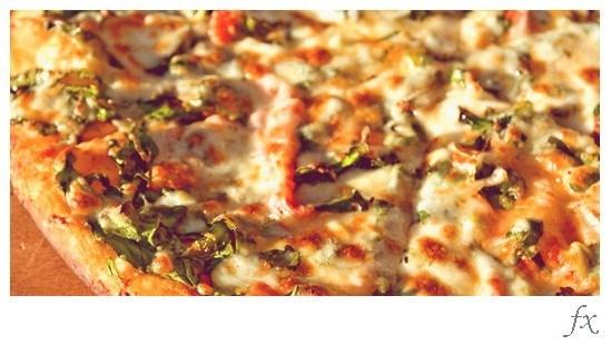 Пицца на лаваше с моцареллой и шпинатом