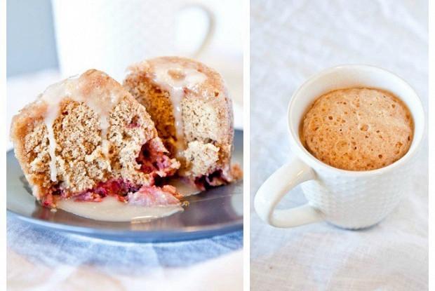 Клубнично-ванильный кекс со сливочной глазурью, приготовленный в микроволновой печи