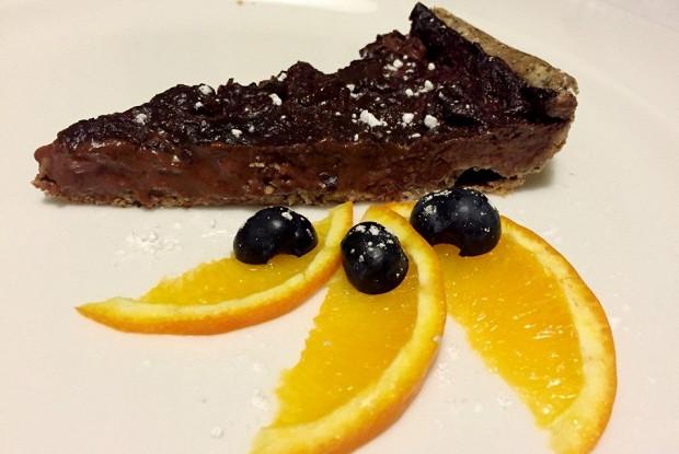 Шоколадный тарт с клубникой на песочном тесте из гречневой муки