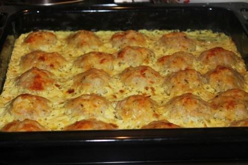Куриные шарики с картофелем под сметаной с сыром