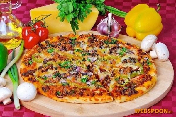 Мясная пицца с грибами и красным луком