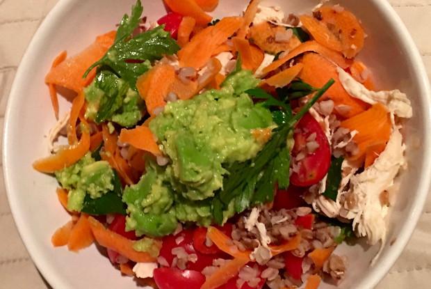 Гречневая крупа с авокадо, помидорами черри и кунжутом