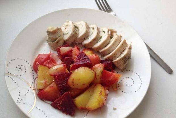 Куриный рулет с запеченными овощами