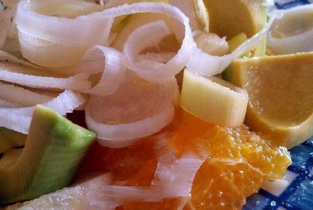 Салат из апельсина, авокадо, цитрона и лука-порея