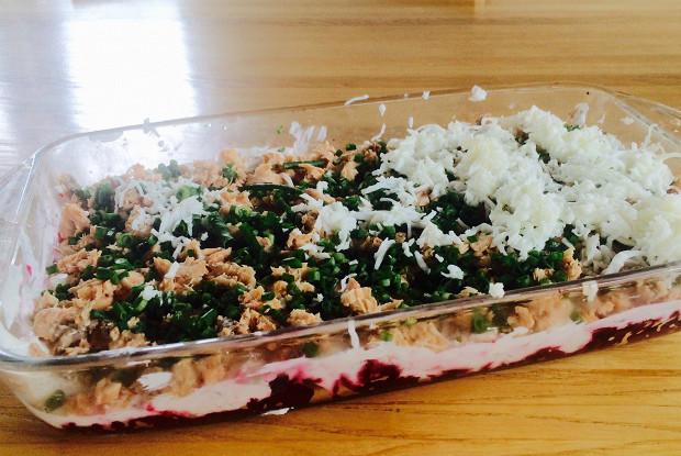 Слоеный салат из свеклы и горбуши со сметаной