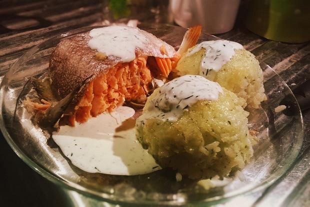 Форель, запеченная с мелиссой и лаймом с гарниром из шариков риса