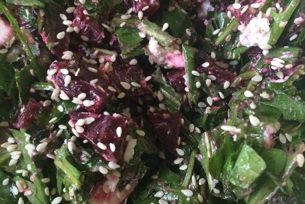 Салат из свеклы и листьев одуванчика