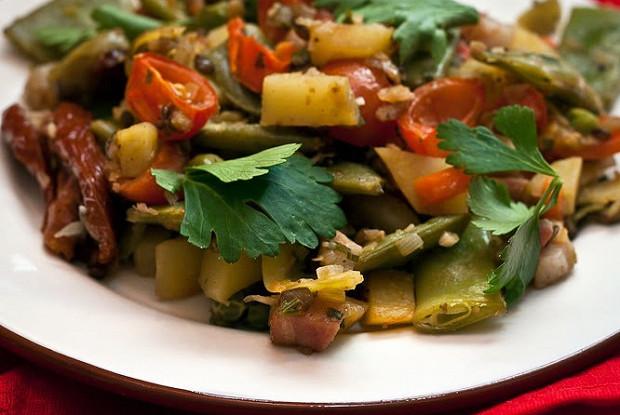Чечевица с овощами и беконом