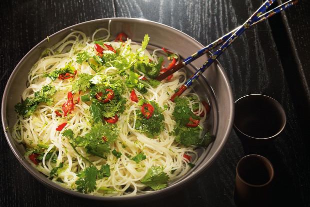 Салат из тонкой рисовой лапши, острого перца и кинзы