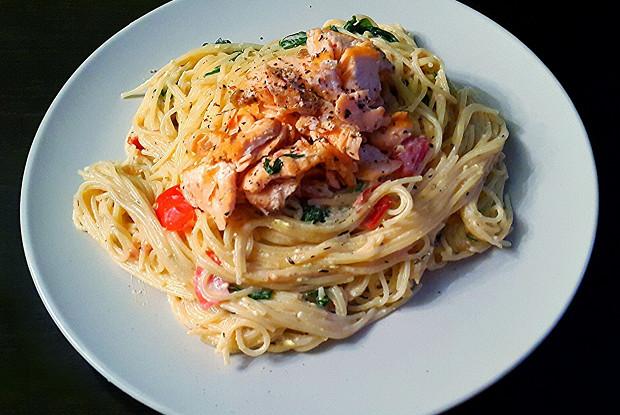 Спагетти в сливочном соусе с семгой и рукколой